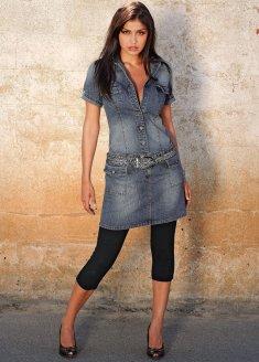 Попробуйте надеть джинсовое платье с кружевными вставками на груди, которое можно купить в магазине одежды в Сургуте. Дополнить наряд можно бежевыми или