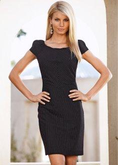 Очень женственное и элегантное платье-чехол из материала в полоску.