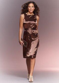 Платье-чехол с декоративным ремнем на талии и застежкой-молнией сзади.