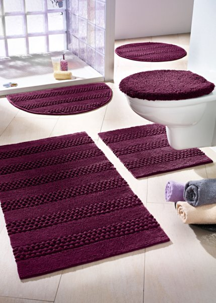 Modern-domestic-design-bathroom-with-cozy-purple-rugs